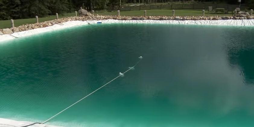 Hizo una enorme piscina para su familia en el jard n for Como hacer una laguna artificial